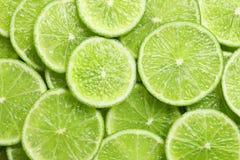 Nya skivade mogna limefrukter som bakgrund Royaltyfri Foto