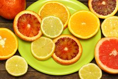 Nya skivor av olika typer av citruns: Apelsin limefrukt, mandarin, grapefrukt Royaltyfri Bild