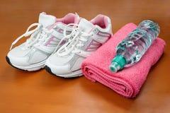 Nya skor för flickasport inomhus Arkivfoton