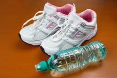 Nya skor för flickasport inomhus Royaltyfria Foton