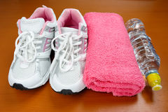 Nya skor för flickasport inomhus Royaltyfri Foto
