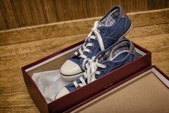 Nya skor i ask Arkivfoton