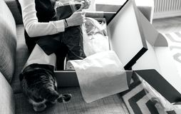 nya skor, kvinna packar upp den unboxing nya jordlotten som innehåller mode Arkivbilder