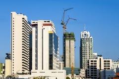 Nya skyskrapor som byggs på förorterna av Bangkok, är nödvändiga till Royaltyfri Bild