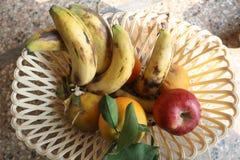 Nya smakliga blandade frukter i korg fotografering för bildbyråer