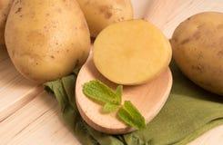 Nya smakliga potatisar på trä Arkivbild
