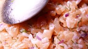 Nya smakliga Salmon Fish som skivas med löken 4k UHD lager videofilmer