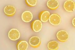 Nya snittcitronhalvor på hela citroner i korg Royaltyfria Bilder