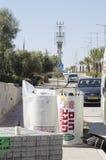 Nya sol- vattenvärmeapparater och tegelstenar - Mitzpe Ramon, Israel Arkivbild