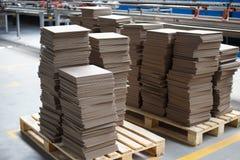 Nya staplade keramiska tegelplattor på en palett arkivbilder