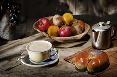 Nya sunda frukter för sortiment i den handgjorda träbunken som göras i Ecuador på träbakgrund Kaffekaffebryggare, kopp kaffe, b Royaltyfri Fotografi