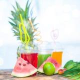 Nya sunda fruktsafter, frukt, ananas, vattenmelon på bakgrunden av havet Sommar vilar, den sunda livsstilkopian Arkivfoto