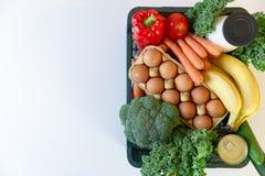 Nya sunda livsmedel och gr?nsaker fr?n supermarket i gr?n magasinask Mathems?ndning arkivbilder