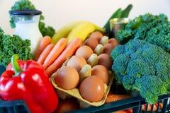 Nya sunda livsmedel och gr?nsaker fr?n supermarket i gr?n magasinask Mathems?ndning royaltyfria bilder