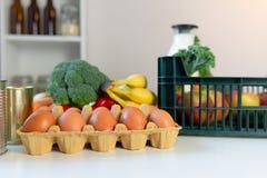 Nya sunda livsmedel och gr?nsaker fr?n supermarket i gr?n magasinask Mathems?ndning royaltyfri bild