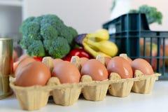 Nya sunda livsmedel och gr?nsaker fr?n supermarket i gr?n magasinask Mathems?ndning royaltyfri foto