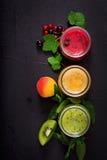 Nya sunda smoothies från olika bär arkivbilder