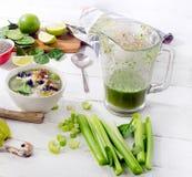 Nya sunda smoothies med nya frukter och grönsaker Royaltyfri Foto