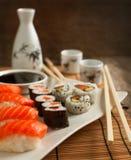 Nya sushi och rullar på plattan Royaltyfri Foto