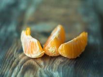 Nya tangerinskivor på trätabellen, slut upp Royaltyfria Bilder