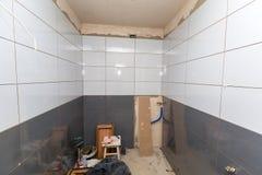Nya tegelplattor i badrum arkivfoto