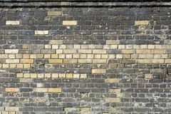 Nya tegelstenar i väggen som byter ut skadade eller murkna tegelstenar Royaltyfria Bilder