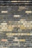 Nya tegelstenar i väggen som byter ut skadade eller murkna tegelstenar Royaltyfri Fotografi