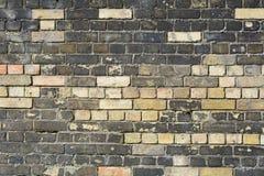 Nya tegelstenar i väggen som byter ut skadade eller murkna tegelstenar Fotografering för Bildbyråer
