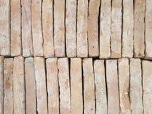 Nya tegelstenpavers som staplas i rader som väggen Lagret av tegelstenar ordnar till för byggande eller rea Konstruktionsmaterial Royaltyfri Fotografi