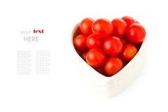 Nya tomater i en hjärta formar med en enkel text Royaltyfri Foto