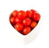 Nya tomater i en hjärtaform Arkivfoton