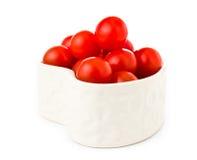 Nya tomater i en hjärtaform som isoleras på vit Royaltyfria Foton