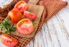 Nya tomater på den vita trätabellen Arkivfoton