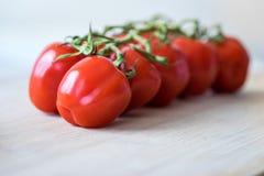 Nya tomater på ett träskrivbord Royaltyfri Fotografi