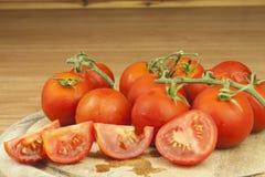 Nya tomater på köksbordet Tomater på en träskärbräda Inhemsk odling av grönsaker Royaltyfri Bild