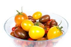 Nya tomater på plattan Royaltyfria Bilder