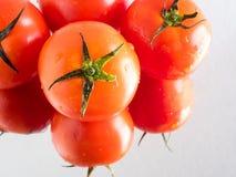 Nya tomater på spegeln Arkivfoto