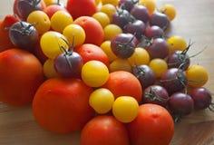 Nya tomater på träbakgrund Arkivbilder