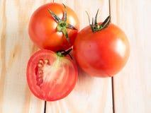 Nya tomater på wood bakgrund Royaltyfri Foto