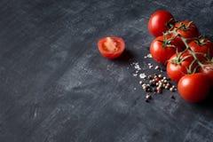 Nya tomater saltar och pepprar bakgrund Royaltyfria Foton
