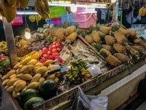 Nya tropiska frukter som är till salu på den Bansaan natten, marknadsför, Patong, royaltyfria bilder