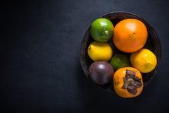 Nya tropiska och exotiska frukter i lantlig bunke Royaltyfri Bild