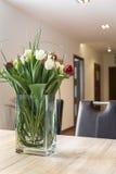 Nya tulpan blommar på den dinning tabellen Royaltyfria Bilder