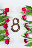 Nya tulpan, kaffebönor i form av nummer 8 Arkivfoton