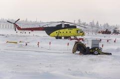 Nya Urengoy, YaNAO, nord av Ryssland Avia för helikopter UTair och Konvers i den lokala flygplatsen på servicen Januari 06, 2016 Arkivfoto
