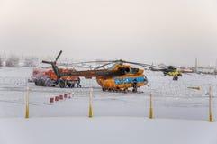 Nya Urengoy, YaNAO, nord av Ryssland Avia för helikopter UTair och Konvers i den lokala flygplatsen på servicen Januari 06, 2016 Fotografering för Bildbyråer