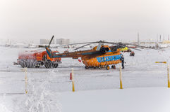Nya Urengoy, YaNAO, nord av Ryssland Avia för helikopter UTair och Konvers i den lokala flygplatsen på servicen Januari 06, 2016 Arkivfoton