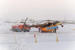 Nya Urengoy, YaNAO, nord av Ryssland Avia för helikopter UTair och Konvers i den lokala flygplatsen på servicen Januari 06, 2016 Royaltyfria Bilder