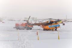 Nya Urengoy, YaNAO, nord av Ryssland Avia för helikopter UTair och Konvers i den lokala flygplatsen på servicen Januari 06, 2016 Royaltyfri Fotografi