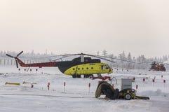 Nya Urengoy, YaNAO, nord av Ryssland Avia för helikopter UTair och Konvers i den lokala flygplatsen på servicen Januari 06, 2016 Royaltyfri Bild